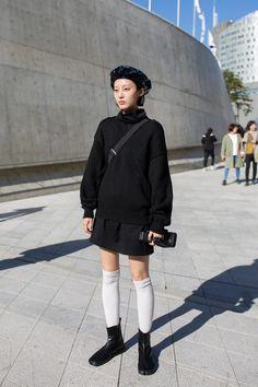 Baker Boy Caps Were a Street Style Staple at Seoul Fashion Week - Fashionista Japan Street Fashion, Korea Street Style, Seoul Fashion, Korean Street Fashion, Korea Fashion, Korean Fashion Trends, Trendy Fashion, Fashion Outfits, Fashion Ideas