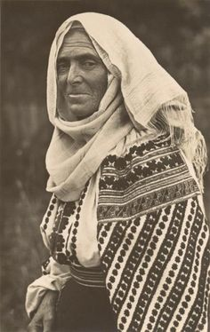 Romania Gallery / Peasant Woman from Muntenia Postcard Wise Women, Old Women, Folk Costume, Costumes, Black Mage, My Heritage, Vintage Photographs, Old Photos, Green And Grey