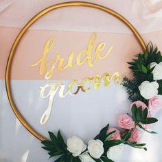 Przepiękne błyszczące napisy dekoracyjne do wielu zastosowań doskonale wpasowują się w kolorystykę kolekcji Różowe Złoto. #wesele #napisydekoracyjne #kolekcjaslubna #slub #dodatkislubne #dekoracjeslubne Bride Groom, Wreaths, Wedding, Decor, Valentines Day Weddings, Door Wreaths, Mariage, Decorating, Deco Mesh Wreaths