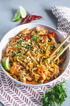 Easy Spicy Chicken Pad Thai Recipes to try Easy Thai Recipes, Asian Recipes, Healthy Recipes, Easy Chicken Pad Thai Recipe, Pad Thai Chicken, Healthy Breakfasts, Spicy Food Recipes, Best Pad Thai Recipe, Shrimp Pad Thai