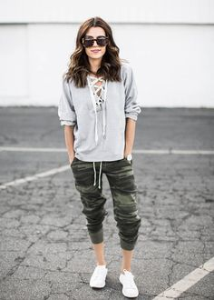 If you don't think the jogger pants trend is here to stay- you better think again. Here are stylish casual jogger pants outfits you will love! Legging Outfits, Jogger Pants Outfit, Camo Joggers, Sweatpants, Estilo Tomboy, Tomboy Stil, Tomboy Fashion, Fashion Pants, Fashion Outfits