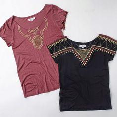 Dejáte encantar por una de nuestras poleras y haz el regalo perfecto. Conoce nuestra colección con bordados, aplicaciones y mostacillas, ideales para cualquier ocasión. Combínalas con nuestros jeans y unos estilettos, lograrás tener un look moderno, elegante y casual. Saville Row - Woman