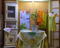 #vetrina #display #windowsdisplay #antonellalafantasiadelbianco #lafantasiadelbianco #shoponline #sorrento #tessituratoscanatelerie #tovaglia #liujo #camiciadanotte #yellow #lemon