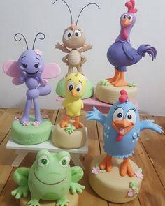 Festa da Galinha Pintadinha: 120 ideias de decoração e tutoriais incríveis Polymer Clay Figures, Polymer Clay Miniatures, Bird Template, Fondant Figures Tutorial, Cool Gadgets To Buy, Fondant Icing, Clay Animals, Sugar Art, Cold Porcelain