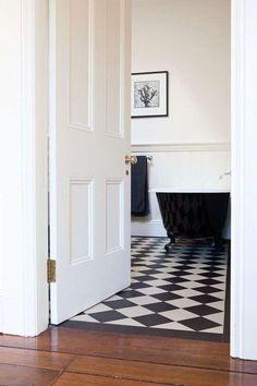Bagno in stile liberty - Rivestimenti per il bagno in bianco e nero