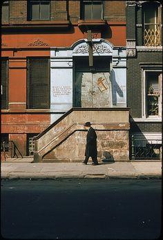 Walker Evans from 29 Views of New York Streets, Including Building Facades, Sidewalk Graffiti, and Advertisements, Met Museum Walker Evans Photography, Modern Photography, Street Photography, Tina Modotti, Gordon Parks, Robert Doisneau, New York Street, New York City, Masters