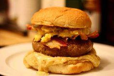 Når det er tid til Super Bowl, er der kun én rigtig burger: The Roethlisburger! Her får du opskriften på den mastodontiske burger med masser af KØD!