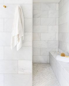 We feel the relaxation settling in just by looking at this shower . Open Showers, Marble Showers, Master Bathroom Shower, Master Bathrooms, Basement Bathroom, Washroom, Bathroom Wall, Bathroom Design Inspiration, Design Ideas