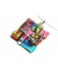 Kleurrijke glashanger van roze, paars, groen, blauw, rood, zilver en geel dichroide glas