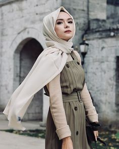 Image may contain: 1 person, outdoor Casual Hijab Outfit, Hijab Chic, Casual Outfits, Muslim Fashion, Hijab Fashion, Modest Fashion, Fashionista Trends, Modest Dresses, Modest Outfits