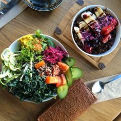 The moment we finally made it to Sadhana - a giant Super Bowl with shredded kale, sauerkraut, cherry tomato, cucumber, pesto zoodles, Brazil nut cheddar, sundries tomato and smoked paprika hummus PLUS a peanut butter and jelly acai bowl with nut butter, raspberry chia jam, cacao, banana, granola and chocolate sauce. Yes. Sydney, you get plant-based eating oh so right. @ashleighlillian, thank you for being my host, my tour guide, my partner in crime and most of all - my friend. A big thank…