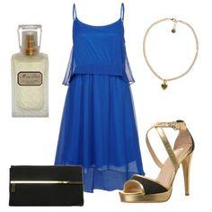 Vestido en azul klein acompañado de complementos en dorado y negro
