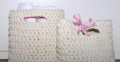 Ystävälläni oli jokin aika sitten tupaantuliaiset, joihin tein lahjaksi virkatut korit. Ohjetta etsiskelin netistä ja mieleistä ei löytyn... Korit, Straw Bag, Crochet, Bags, Decor, Sink Tops, Handbags, Decoration, Ganchillo