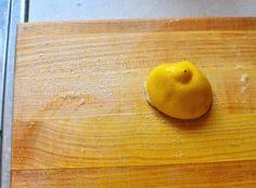Pour nettoyer efficacement une planche bois Pour nettoyer vos planches en bois : saupoudrez du gros sel sur la planche puis frottez avec un demi-citron. Rincez et séchez bien.