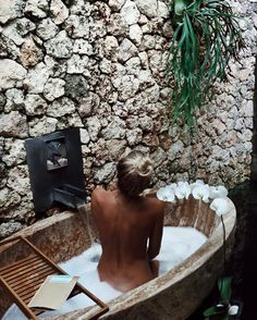 """8,383 Me gusta, 47 comentarios - OLIVE ROSE COOKE. (@olivecooke) en Instagram: """"Outdoor Bath & Scrub time with @frank_bod 🛁 So sleepy tonight I think it's early to bed for me 💌"""""""
