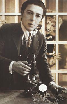 André Breton- Autoportrait: L'écriture automatique, vers 1938 (photomontage avec l'actrice Phyllis Haver).