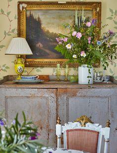Gunnar Kaj var i många år Nobelfesternas blomsterkreatör. I sommarhuset i Roslagen märks att han är en mästare på vackra arrangemang.Både vad gäller blommor och inredning.