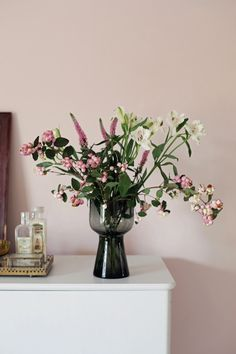 Wall in muted pink Puderrosa 673 from Beckers, in collaboration with Swedish blogger Emma's Vintage.