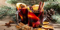 Οι γιορτές των Χριστουγέννων δεν έχουν μόνο τα δικά τους φαγητά και γλυκά. Προβλέπουν και ξεχωριστές, αρωματικές συνταγές για ποτά που θα συνοδεύσουν τις γιορτινές ημέρες. | GASTRONOMIE | iefimerida.gr | Ζεστό κρασί, ποτό, Χριστούγεννα, κόκκινο κρασί, κανέλα, πορτοκαλί New Years Party, Slow Cooker Chicken, Mac And Cheese, Moscow Mule Mugs, 3 Ingredients, Christmas And New Year, Crockpot Recipes, Diy And Crafts, Rum