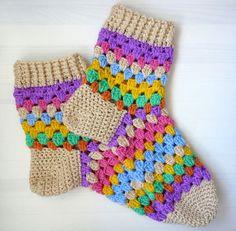 Warm, woolly socks in colourful granny stripes. Warm, woolly socks in colourful granny stripes. Crochet Baby Pants, Crochet Gloves, Crochet Slippers, Diy Crafts Crochet, Crochet Projects, Crochet Slipper Pattern, Crochet Patterns, Loom Knitting, Knitting Socks