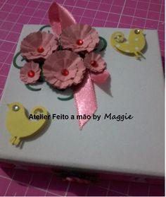 Caixinha em MDF decorada com passarinhos e flores de papel.