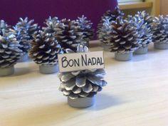 Con una piña y un tapón de botella. Christmas Activities, Kids Christmas, Crafts For Seniors, Pine Cones, Christmas Crafts, Arts And Crafts, Place Card Holders, Creative, Handmade