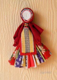 Северная берегиня призвана оберегать свою хозяйку или целую семью. У этой северной куклы голова из спирали белой ткани. Спираль- это древний символ плодородия и блага, символ накопления положительной энергии.  Кукла состоит из 7-13 полосок ткани, каждая из которых является одним из её качеств. А ещё эта куколка похожа на веничек, который может вымести всё ненужное из дома!