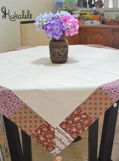 Toalha de mesa em algodão crú, com barrado de tecido.