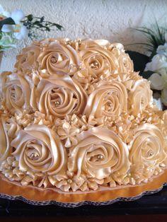 Pastel de Bailey's con nuez para bodas de oro en color dorado 3,200 pesos para 80 personas.