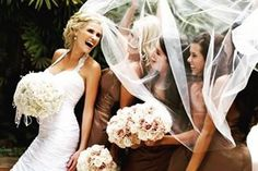 Pense em fotos divertidas e fofas para tirar com as madrinha e mostre ao seu fotógrafo.  É um jeito de deixar o álbum ainda mais lindo! #casamento #ceub #wedding #casaréumbarato #noiva #bride #photo #madrinhas #bridesmaids