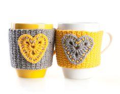 Set di 2 mano maglia scalda tazza. Coppa Cozy. Giallo grigio con cuori by LittleKnittedThing on Etsy