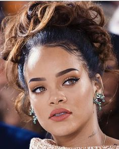 Rihanna make up Fenty beauty Rihanna Makeup, Rihanna Riri, Rihanna Style, Rihanna Red Lipstick, Rihanna Nails, Rihanna Fenty Beauty, Makeup Inspo, Makeup Inspiration, Maquillage Yeux Cut Crease