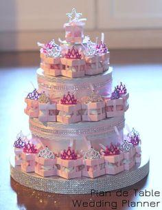Balottins de dragées ave diadème. Présentoir façon pièce montée ... Quinceanera Cakes, Christening Favors, Birthday Box, Paper Cake, Candy Bouquet, Baby Shower Diapers, Candy Gifts, Bridal Shower Decorations, Newborn Gifts