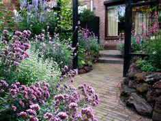 our small romantic garden Back Gardens, Small Gardens, Outdoor Gardens, Landscaping Shrubs, Front Yard Landscaping, Backyard Ideas For Small Yards, Small Romantic Garden Ideas, Garden Borders, Belleza Natural