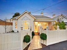 Tiles edwardian house exterior with picket fence & feature lighting - House Facade photo 279339 Best Exterior Paint, Exterior Paint Colors For House, Paint Colors For Home, Edwardian House, Victorian, Weatherboard House, Facade House, House Facades, Australian Homes