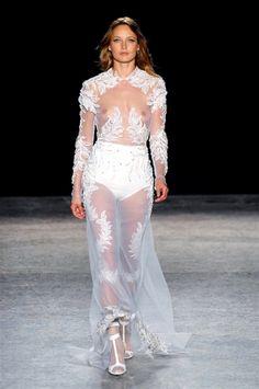 """Per Francesco Scognamiglio colori chiari, movenze aristocratiche, un omaggio a Madame Grès, l'ultima """"Gran Dame"""" nell'Olimpo dell'Haute-Couture parigina.http://www.sfilate.it/232778/lamore-per-bellezza-eterea-nuove-ere-per-francesco-scognamiglio"""