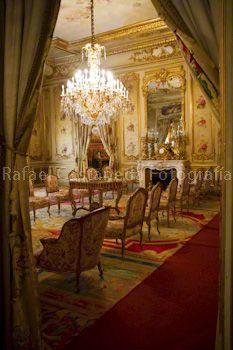 El salón isabelino comunica el comedor de gala y el salón de baile. Los muebles son de la época isabelina. Las pinturas de angelotes representan la primavera y son obra de Vicente Palmaroli. La chimenea es de mármol de Carrara. Se cuenta que esta era la sala preferida de Isabel II cuando acudía a las fiestas de los duques de Fernán Nuñez.