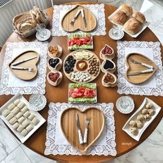 Eating is not a game, but this process can be more interesting and engaging for your children with their own animal plate. Cute design of this wooden plate make Brunch Mesa, Brunch Table, Breakfast Presentation, Food Presentation, Party Finger Foods, Wooden Plates, Rustic Kitchen Decor, Recipe Organization, Food Platters