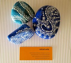 Piedras pintadas en azul / Painted stones in blue