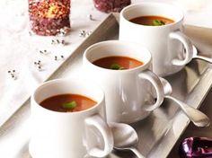Ingrediënten voor 8 personen:   160 g spek gezouten, 500 g tomaten, 500 g bieten rode (voorgekookt), 1 ui, 1 l kippenbouillon     olijfolie, 1 el paprikapoeder, peper, zout