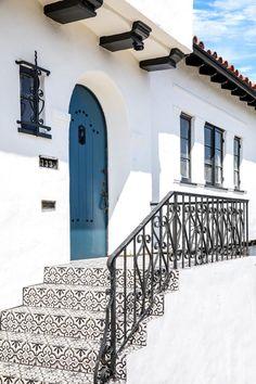 New house colors exterior bungalow spanish style Ideas - Antonio Reyes - internationally inspired Spanish Bungalow, Spanish Style Homes, Spanish House, Spanish Style Kitchens, Spanish Tile Roof, Spanish Revival Home, Exterior House Colors, Exterior Design, Exterior Homes