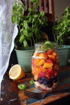 Schon mal einen leckeren Obstsalat mit Basilikum probiert? Neugierig? Dann bitte hier entlang www.laurasapfelba... #obstsalat #obst #basilikum