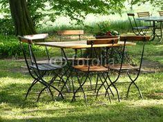Tisch mit Stühlen im Biergarten des Bartholdskrug in Lipperreihe bei Bielefeld