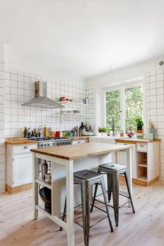 Kitchen island - I like how there is room to push the chairs underneath.