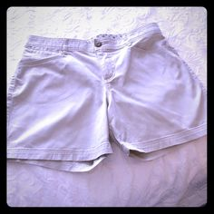 DOCKERS SHORTS CREAM SHORTS WITH FOUR POCKETS AND A CHANGE POCKET. ZIPPER AND BUTTON CLOSURE.  ALMOST NEW SINFULLY SOFT BRAND OF DOCKERS. DOCKERS Shorts