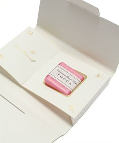 どんなシチュエーションでもプレゼント選びは迷うもの。女友達や女性の上司など、お洒落な大人女子へのちょっとしたプレゼントに最適な3000円以下で買えるアイテムを選んでみました! Gifts For Girls, Party Gifts, Packaging Design, Decorative Boxes, Presents, Birthday, Shops, Souvenir, Gifts