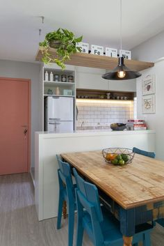 Apartamento pequeno em Perdizes é pura inspiração! Small Apartment Kitchen, Home Decor Kitchen, Kitchen Interior, Kitchen Hacks, Diy Kitchen, Small House Kitchen Ideas, Kitchen Cabinets, Kitchen Furniture, Wood Furniture