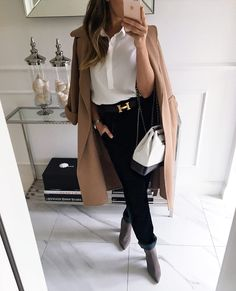 Идеальное решение для современной женщины — белая блузка, юбка и алая помада.