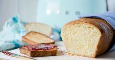 Dieses Toastbrot schmeckt unglaublich köstlich und ist dazu ganz einfach selbst zu backen. Der Teig ist wie bei Brioche sehr fluffig. Dazu passt Marmelade