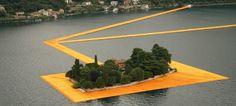 意大利伊塞奥湖上的水上浮桥,游客可以从陆上的 sulzano 小镇启程,一路沿着随水波微微晃动的黄色步道穿过水面抵达 monte 岛,接着通向居于湖中的 san paolo 小岛。
